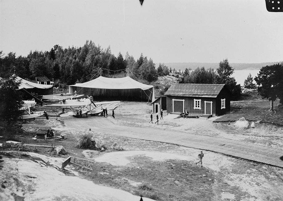 Marinens flygstation vid Märsgarn. Tälthangarer och flygplan S 2 Hansa typ 31, 32. Tillhör F2-samlingen med nummer F2 FM 469. Ur Flygvapenmuseums bildarkiv.